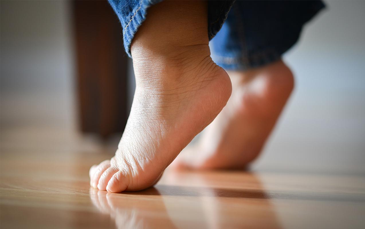 Ребёнок ходит на носочках массаж